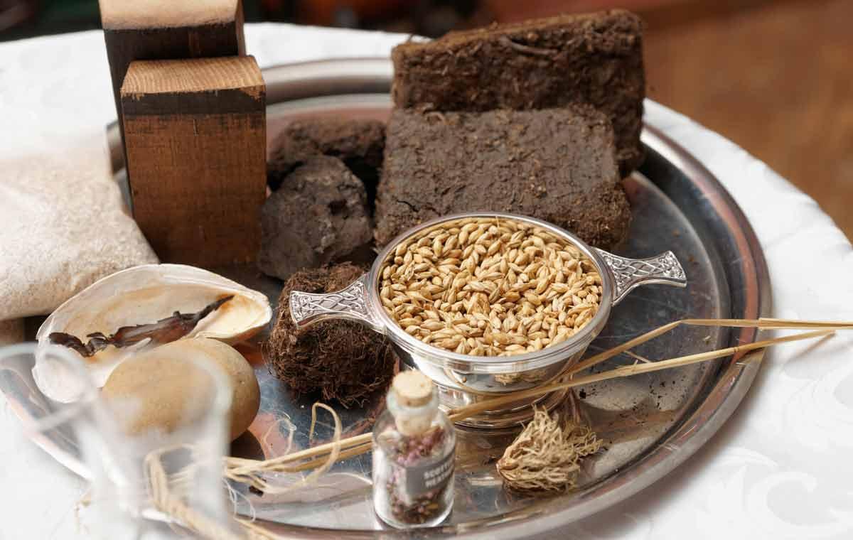 Whiskyherstellung: Wasser, Gerste, Torf und das Eichenholz der Fässer sind die Zutaten, die für jeden Single Malt gebraucht werden