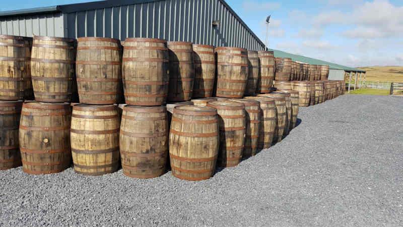 Kilchoman: Leere Whiskyfässer auf dem Hof der Rockside Farm. Ob schon wieder einige Sauternes-Fässer dabei sind?