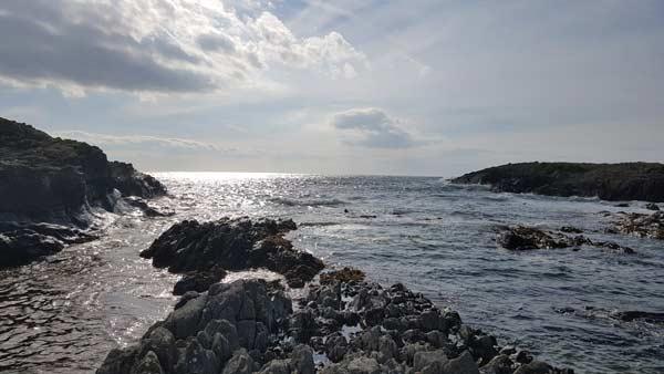 Islay. Wilde Wellen in einer kleinen Meeresbucht bei Portnahaven.
