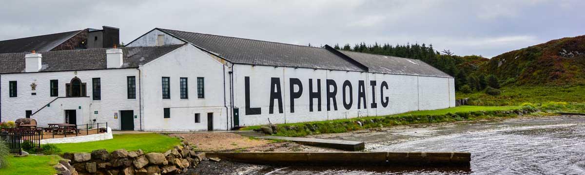 Die Whiskydestillerie Laphroaig liegt an der Südküste der Insel Islay.