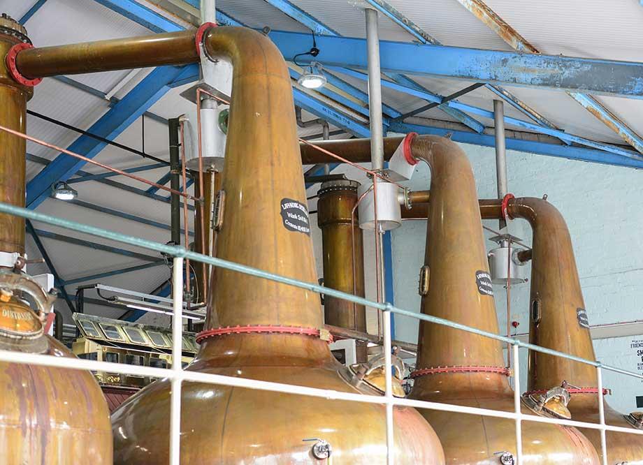 Whiskydestillerie Laphroaig: Vier der grossen Stills (Brennblasen) im Bild