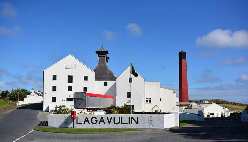 Die Whiskydestillerie von Lagavulin begrüßt uns im Septmeber 2016 mit blauem Himmel