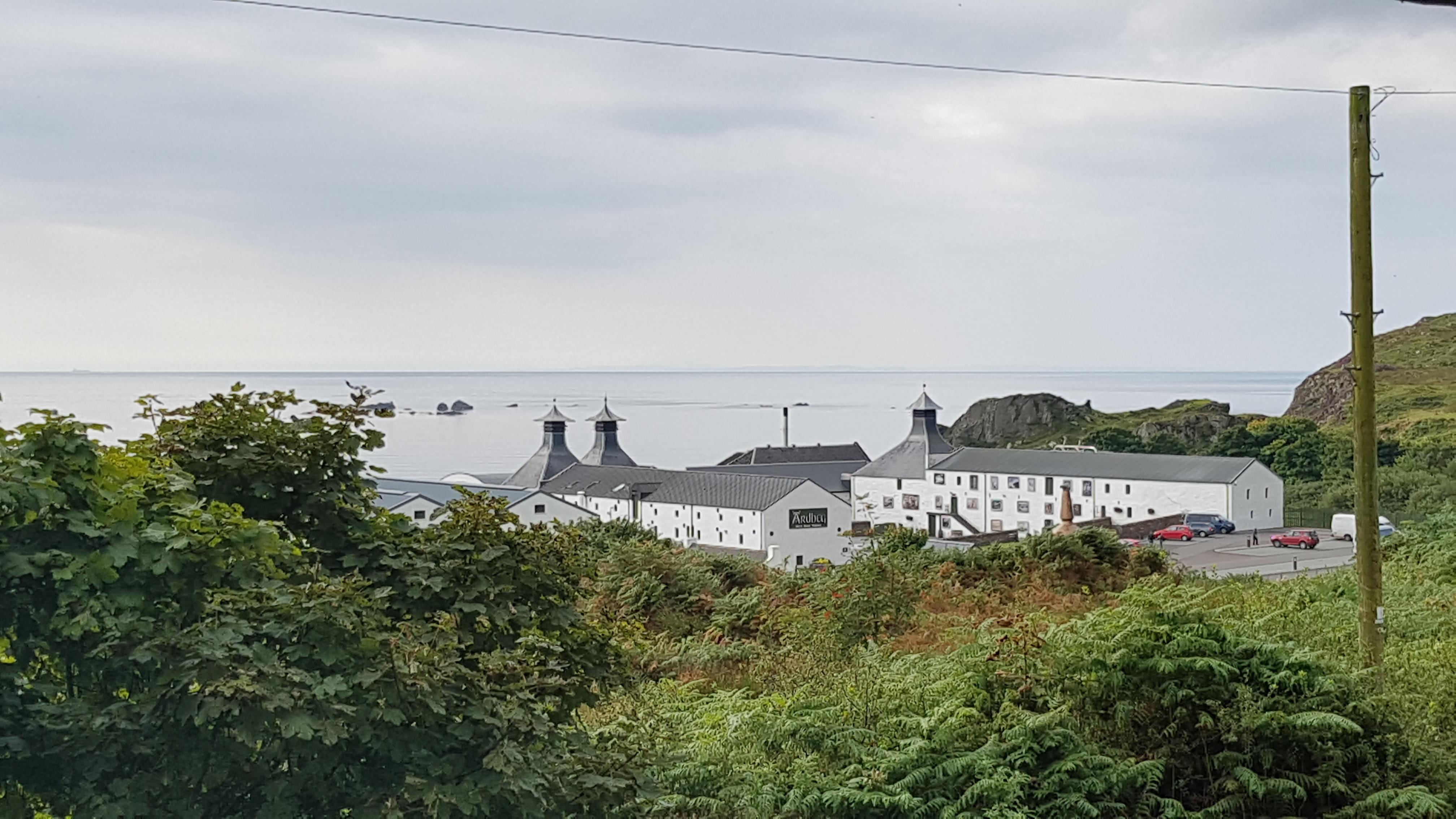 Blick vom Ferienhaus zur nahegelegenen Destillerie Ardbeg.