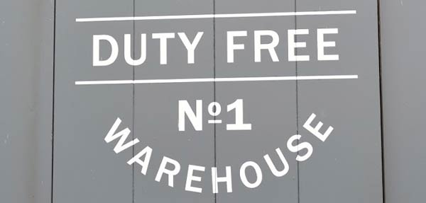 Solange sich dein Whiskyfass im Duty-Free-Lagerhaus befindet, fallen keine Steuern und Zölle an.
