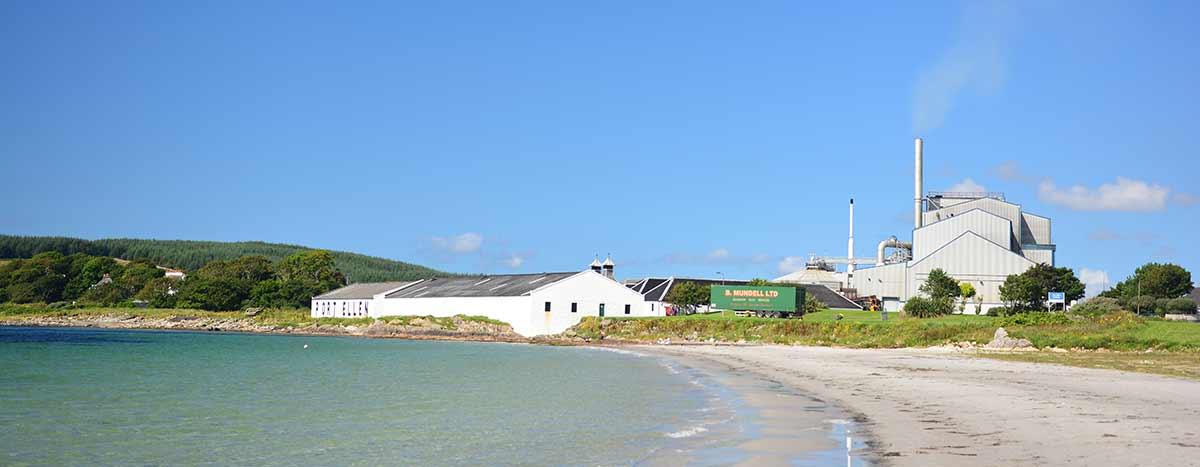 Blick auf die alten Gebäude - Kiln, Stillgebäude und Lagerhallen - der im Wiederaufbau befindlichen Destillerie Port Ellen
